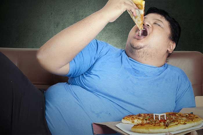 eating-pizza-sofa-1.2