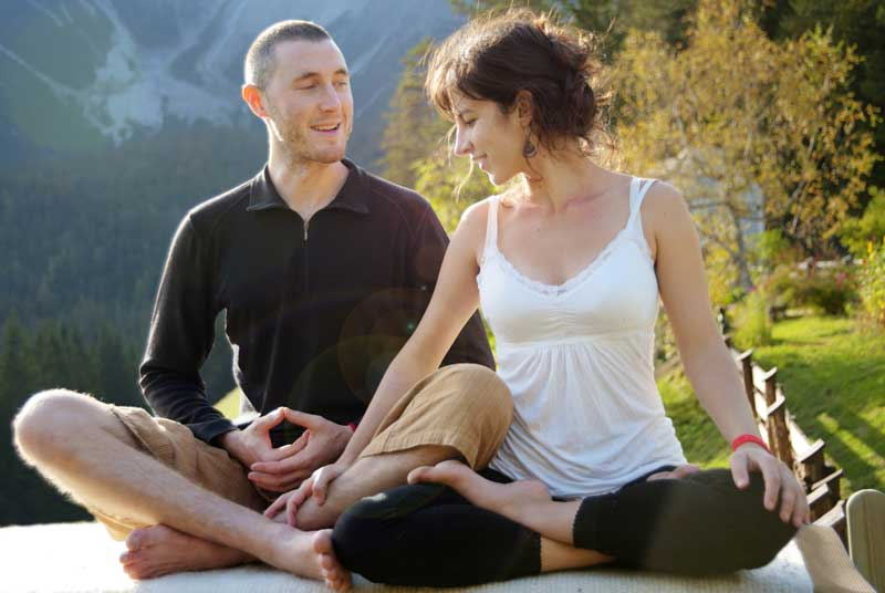affectionate-couple-meditating-o-